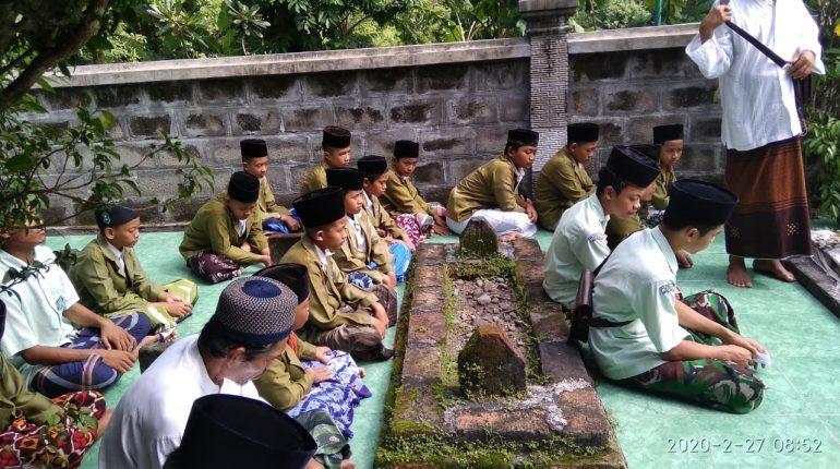 Ziarah ke Makam Leluhur Darul Ulum